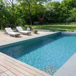 living pools grauer schiefer und glattes bangkiraiholz deutschland